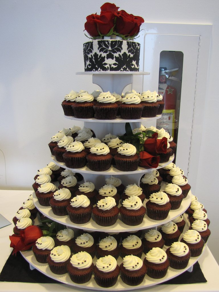cupcakes instead of wedding cake wedding trends cupcakes instead of wedding cakes 13145