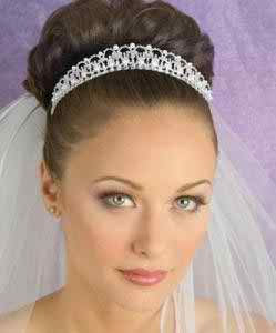 Brunette bride exposing a white wedding look