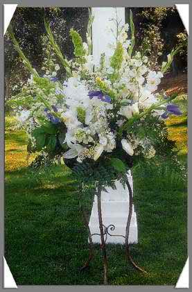 Incorporate black and white floral arrangements in your wedding