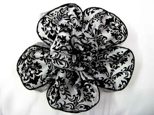 You may choose black and white flower arrangements at your nuptials
