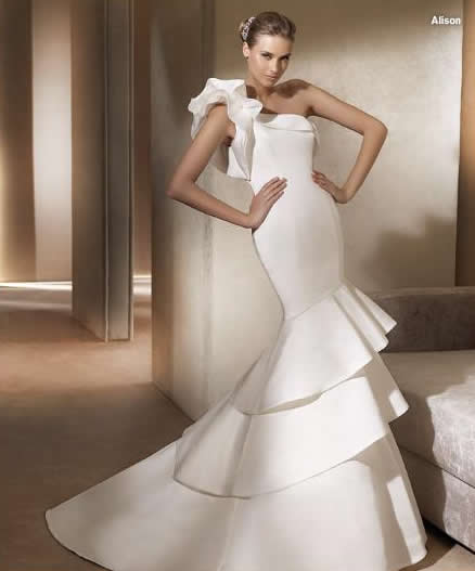details concerning glamorous wedding dresses