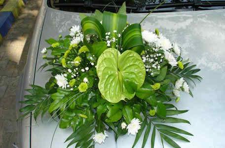 flower arrangements for the bride's car 3