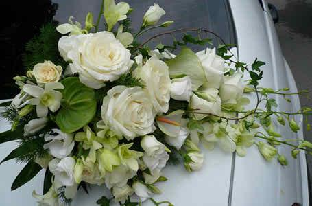 flower arrangements for the bride's car