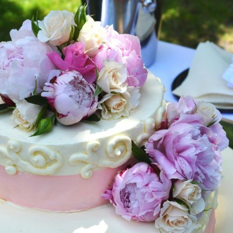 How much does a good wedding cake cost