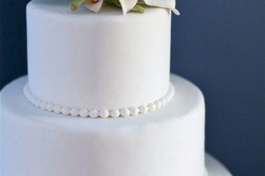 Photo of white traditional wedding cake